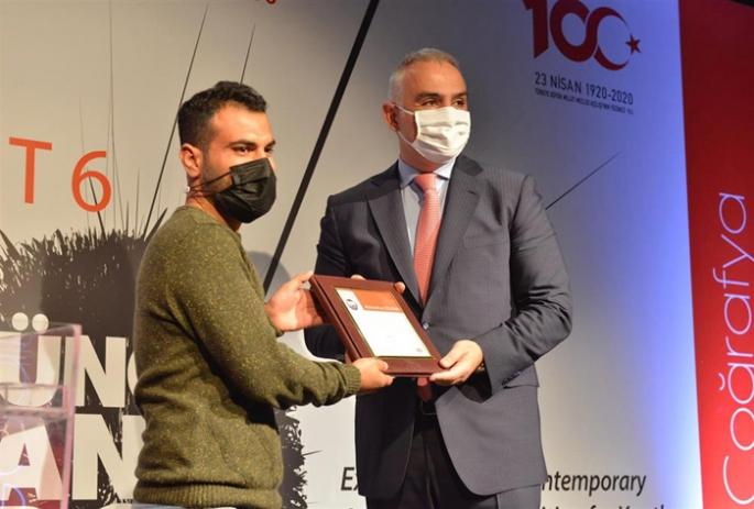 Genç Sanatçı, Ödülünü Bakan Ersoy'dan aldı