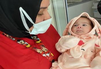 Afgan annenin terk ettiği bebeğe sağlıkçılar sahip çıktı