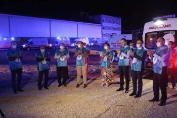 Ambulans sirenleri sağlık çalışanlarıiçin çaldı