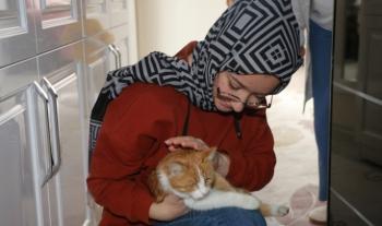 Başkan Orhan'dan Genç kıza Kedi jesti