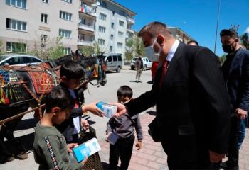 Başkan Sunar çocuklara arefelik dağıttı