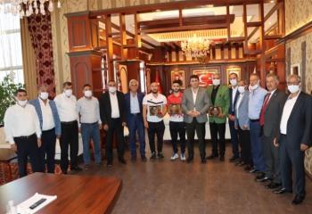 Başkan Yaşar'dan şampiyona altın ödülü