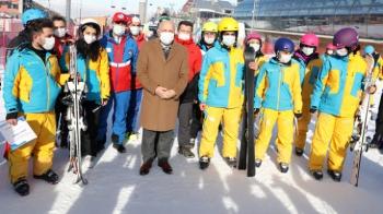 Büyükşehir'den sağlıkçılara kayak eğitimi
