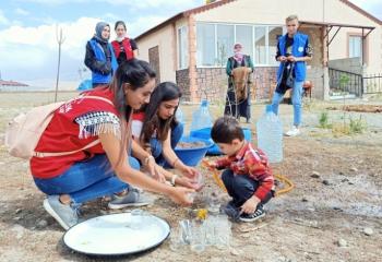 Gönüllü gençler köy yaşantısına tanıklık etti