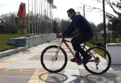 Vali Memiş'ten bisikletle kent turu